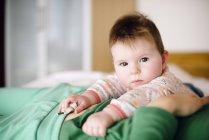 Porträt von Babymädchen am Bauch der Mutter liegen — Stockfoto