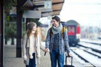 Coppia a piedi sulla piattaforma della stazione — Foto stock