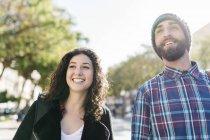 Sourire de jeune couple à la recherche sur le côté — Photo de stock