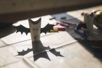 Летучие мыши кустарничанная бумаги на столе — стоковое фото