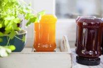 Chiuda in su dei bicchieri di marmellata fatta in casa — Foto stock