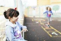 Retrato de niñas sonrientes jugando afuera - foto de stock