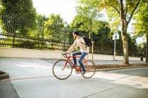 Молодой человек с гоночным велосипедом в Вене, доктор Карл-Реннер-Ринг — стоковое фото