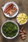Пару зелений капуста, картопля, цибуля, копчений свиняча відбивна і фаршем зі свинини копчені — стокове фото