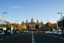 España, Barcelona, Avenida Reina Maria Cristina vacía con el Palacio Nacional al fondo - foto de stock