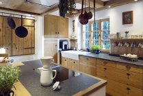 Casa de estilo rústico con isla de cocina en el interior - foto de stock