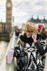 UK, Londra, giovane donna che parla al telefono su Westminster Bridge — Foto stock