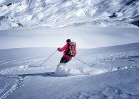Alpinisme ski masculin en descendant de la montagne enneigée — Photo de stock
