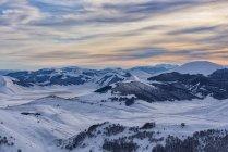 Italien, Umbrien, Nationalpark Monti Sibillini, Sonnenuntergang auf der Hochebene Piano Grande Castelluccio di Norcia im Winter — Stockfoto