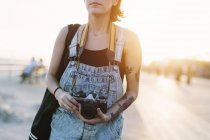 Giovane donna che cattura foto al tramonto — Foto stock