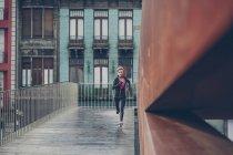 Женщина работает в городе — стоковое фото