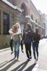 Amigos felizes se divertindo na rua urbana na cidade — Fotografia de Stock