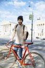 Молодой человек с гоночным велосипедом в Вене, перед зданием парламента, доктор Карл-Реннер-Ринг — стоковое фото