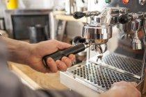 Close-up de macho mãos preparando café com máquina do porta-filtro — Fotografia de Stock
