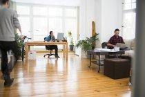 Tre uomini d'affari creativi che lavorano in ufficio informale — Foto stock