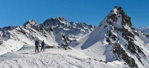 Italie, Grand St Bernard Pass, Mont Fourchon, ski-alpinisme en neige recouvert de montagnes — Photo de stock