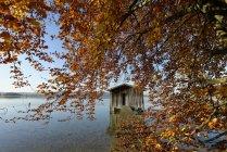 Deutschland, See Kochel, Holzsteg und Bootshaus im Herbst — Stockfoto