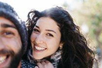 Улыбающаяся пара смотрит в камеру — стоковое фото
