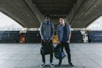 Amigos em pé lado a lado na passagem subterrânea — Fotografia de Stock