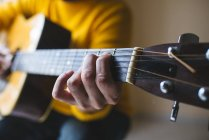 Man with acoustic guitar, close up — Stock Photo
