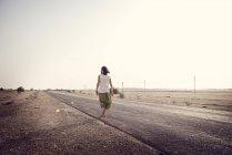 Homme voyageant seul sur la route de campagne — Photo de stock