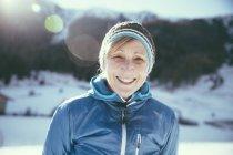 Italia, Val Venosta, Slingia, ritratto di donna sorridente matura nel paesaggio invernale — Foto stock