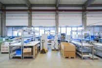 Leere Industriehalle mit Paketen — Stockfoto