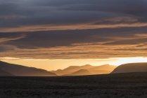 Volcanes de Islandia, Parque Nacional de Golden Circle, en el sol de medianoche - foto de stock