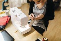 Jeune styliste travaillant dans son atelier — Photo de stock