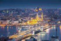 Türkei, Istanbul, Luftaufnahme des Hafens von Eminonu, Galata-Brücke und neue Moschee nachts beleuchtet — Stockfoto