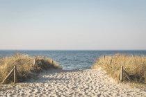 Caminho de Alemanha, Warnemuende, para a praia durante o dia — Fotografia de Stock