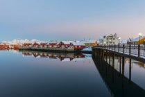 El puerto de la ciudad en atardecer, Svolvaer, Islas Lofoten, Noruega - foto de stock