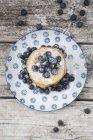 Draufsicht der Stapel Pfannkuchen mit Heidelbeeren auf Platte — Stockfoto