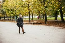 Homme d'Autriche, Vienne, marchant sur l'avenue Prater — Photo de stock