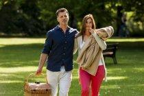 Glückliches Paar beim Picknick — Stockfoto