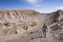 Chile, San Pedro de Atacama, Valley of the Moon, man hiking in the desert — Stock Photo