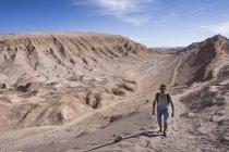 Чили, Сан-Педро-де-Атакама, Долина Луны, человек походы в пустыне — стоковое фото