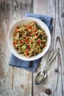 Whole meal pasta salad with champignons and bell pepper — Stock Photo