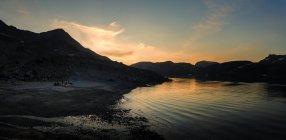 Vue sur les collines et l'eau du lac la nuit — Photo de stock
