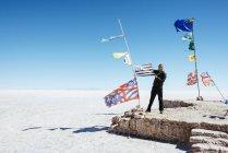 Bandiere di Altiplano, Salar de Uyuni, Bolivia, Atacama, da tutti i paesi, l'uomo che tiene una bandierina — Foto stock