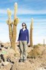 Bolivia, Atacama, Altiplano, Salar de Uyuni, donna e cactus isola Incahuasi — Foto stock