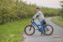 Портрет маленького мальчика на велосипеде — стоковое фото