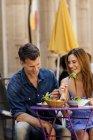 Пара ест в ресторане на тротуаре — стоковое фото