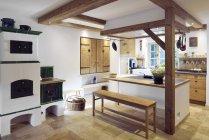 Деревенском стиле дома с острова кухни — стоковое фото