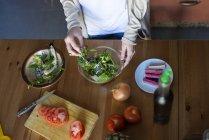 Cortada a visão da mulher prepara a salada — Fotografia de Stock