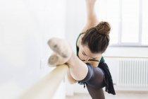 Bailarina practicando en la barra, enfoque selectivo - foto de stock