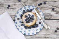 Draufsicht der Pfannkuchen mit Heidelbeeren auf Teller mit Besteck — Stockfoto