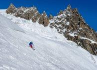 França, o esquiador masculino de Chamonix, vale Blanche, nas altas montanhas — Fotografia de Stock