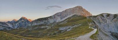 Itália, Abruzzo, Gran Sasso e Monti della Laga National Park, nascer do sol no pico Corno Grande — Fotografia de Stock