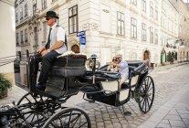 Österreich, Wien, Touristen auf Sightseeing-Tour in einem fiaker — Stockfoto